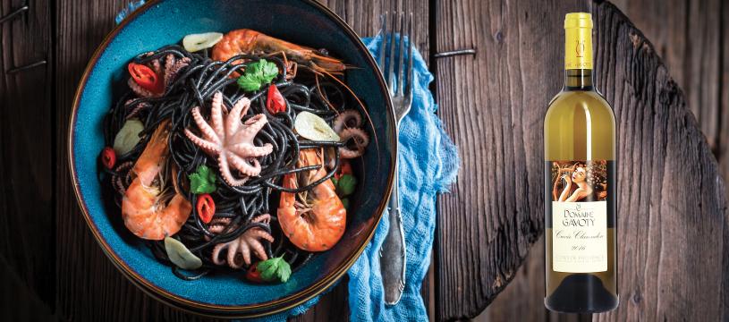 Des linguines à l'encre de seiche et aux calamars